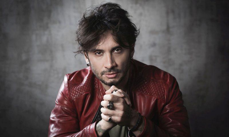"""Fabrizio Moro: """"Con la musica mi sono capito"""". Cresce l'attesa per il concerto del 19 agosto sotto i riflettori di """"Etna in Scena""""."""