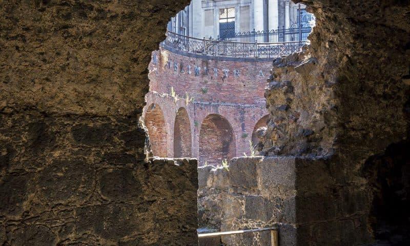 """""""L'isola digitale"""" di Sicilian Post all'Anfiteatro romano di Catania: giovani, cultura e giornalismo."""