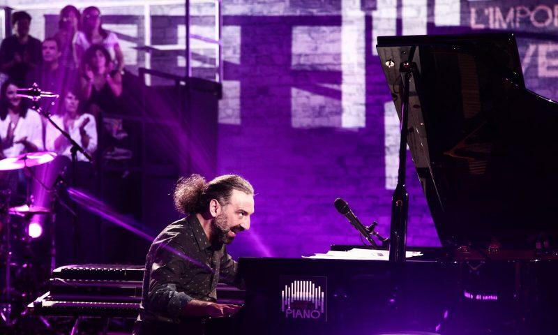 """""""Le note del pianoforte e quelle del cuore"""", Bollani sul palco di Milo per la onlus catanese vEyes"""