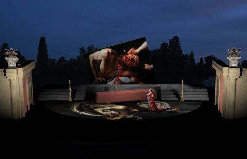 Al Teatro Greco di Siracusa una Tosca «in Technicolor» che strizza l'occhio a Caravaggio.