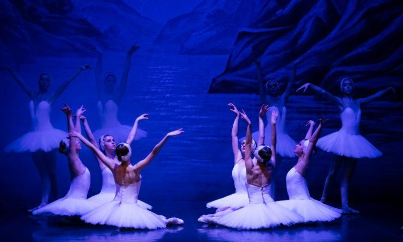 """Attesa per """"Il Lago dei cigni"""" al Metropolitan di Catania con il Balletto di San Pietroburgo"""