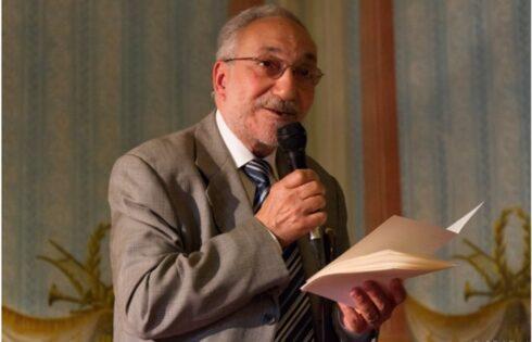"""Da """"Acque del fondale"""" a """"Società Italiana Spiriti"""": intensamente umano senso dell'esistere nella poesia di Antonio Di Mauro."""